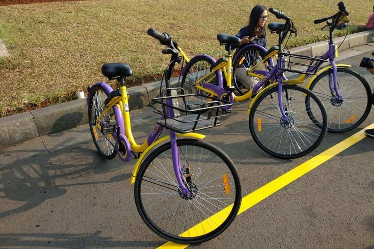 A row of GoWes bicycles is seen at the National Monument (Monas) park in Central Jakarta. (kompas.com/ Nibras Nada Nailufar